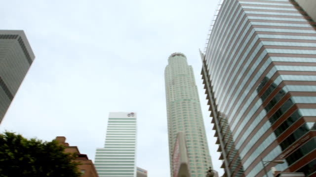 stockvideo's en b-roll-footage met ws pov low angle view of us bank tower and city national plaza in downtown / los angeles, california, united states  - us bank tower