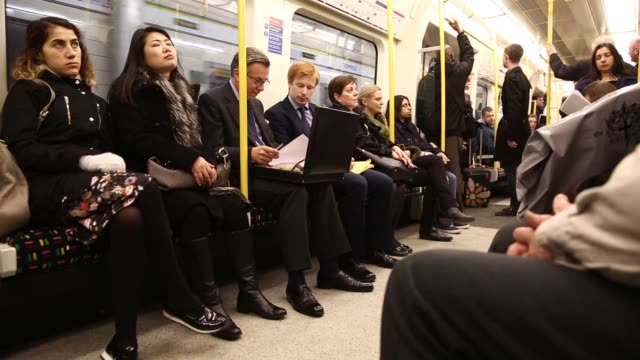 vidéos et rushes de low angle view passengers board a circle line tube train on the london underground network in london, uk on thursday, nov 27 passengers sit in a... - wagon
