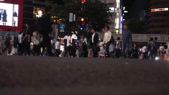 低角ビュー 。東京・渋谷踏切で横断歩道 - 流れる点の映像素材/bロール