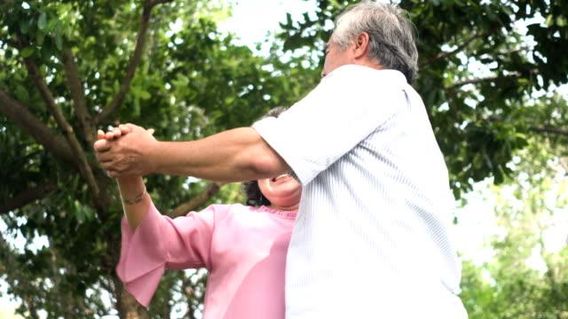 niedrigen Winkel Ansicht: älteres paar lächelnd sahen einander beim Tanzen