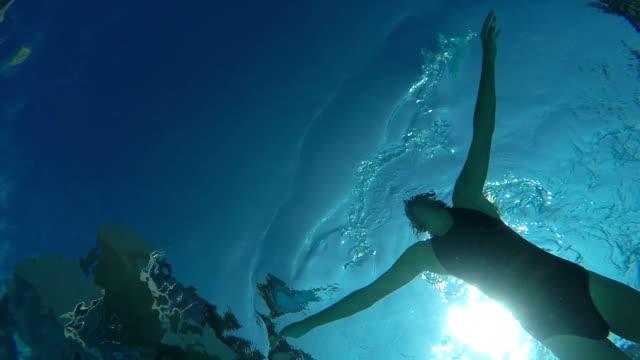 niedrigen winkel video ansehen frau schwimmen - einzelne frau über 30 stock-videos und b-roll-filmmaterial