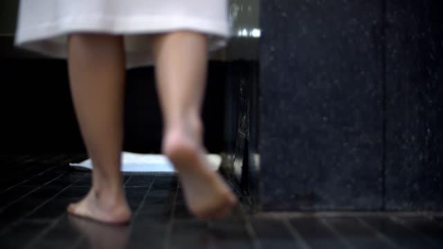 niedrige winkelansicht: frau nimmt ihren weißen bademantel ab - badewanne stock-videos und b-roll-filmmaterial