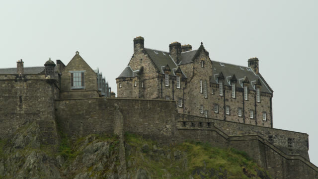 low angle views of edinburgh castle, scotland - scottish culture bildbanksvideor och videomaterial från bakom kulisserna