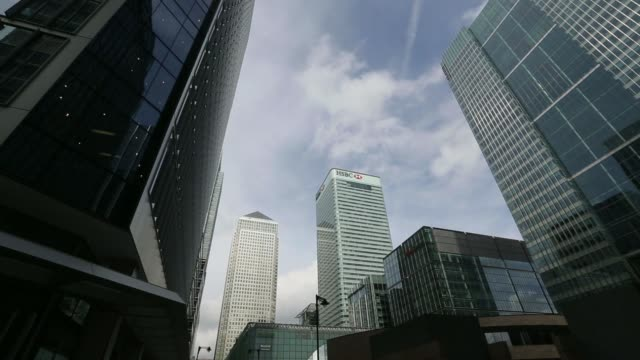 vídeos de stock, filmes e b-roll de low angle views the headquarters of barclays plc right stands amongst the offices of from left no 1 canada square hsbc holdings plc and fitch ratings... - produto interno bruto