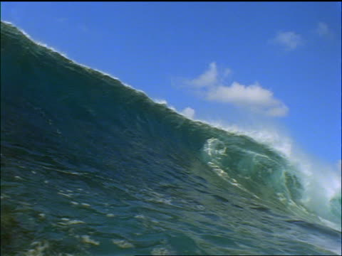 low angle wave crashing over camera / maldives islands, indian ocean - 少於10秒 個影片檔及 b 捲影像
