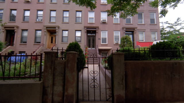 low angle wide shot exterior of brownstone / brooklyn, new york - sandstein stock-videos und b-roll-filmmaterial