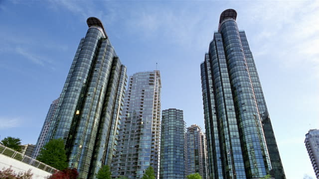 vídeos de stock, filmes e b-roll de low angle wide shot harbourside park twin glass towers / vancouver - kelly mason videos