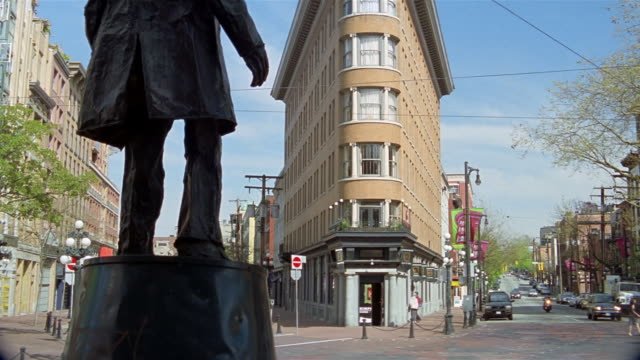 vídeos de stock, filmes e b-roll de low angle wide shot statue of gassy jack facing hotel europe / gastown / vancouver - kelly mason videos