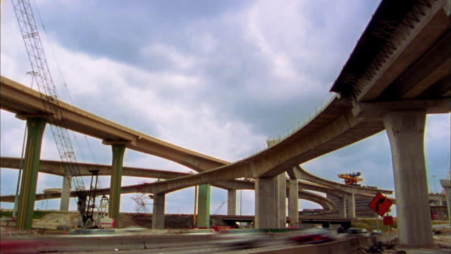 low angle wide shot time lapse traffic on high five road interchange construction project / dallas - zweispurige strecke stock-videos und b-roll-filmmaterial