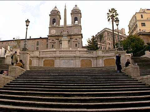 low angle wide shot young people hanging out on the spanish steps / rome, italy - 10秒或更長 個影片檔及 b 捲影像