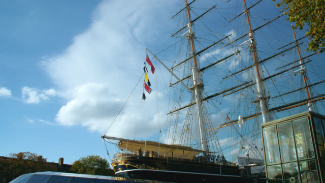 low angle wide view of the cutty sark in greenwich on a sunny day - fluss themse stock-videos und b-roll-filmmaterial