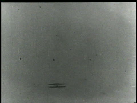 vídeos de stock e filmes b-roll de b/w 1903 low angle wright brothers' airplane flying over camera - 1903