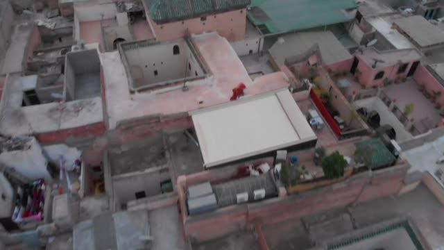 vidéos et rushes de projectile de drone révélateur à faible angle d'une ville marocaine - maroc