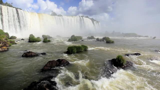 vídeos y material grabado en eventos de stock de low angled view from the base of the iguacu falls, foz do iguacu, brazil, south america - cataratas del iguazú