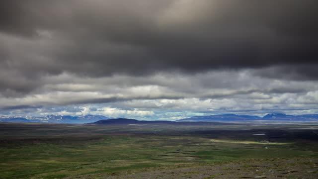 vídeos de stock, filmes e b-roll de low cloud in the highlands - t/l - islândia central