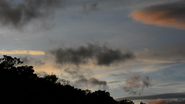 低い雲が山の上を通過 - 遅い点の映像素材/bロール