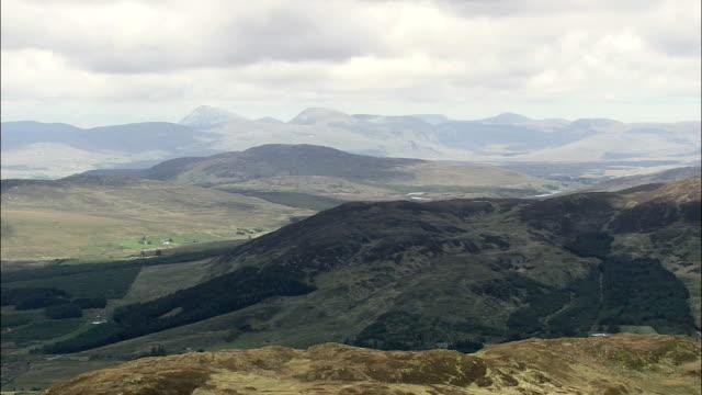 低飛行ヒルトップ航空写真-アルスター、ドニゴール、アイルランド - アルスター州点の映像素材/bロール