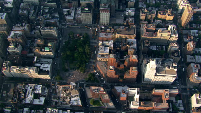 low flight over manhattan along broadway. shot in 2003. - union square new york city stock videos and b-roll footage