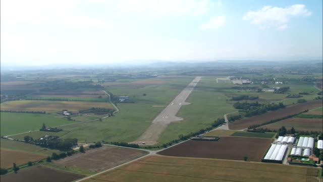 vídeos de stock, filmes e b-roll de baixa voo passado valência aeroporto-vista aérea-ródano-alpes, drôme, arrondissement de valência, frança - rhône alpes