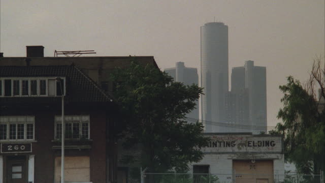 vidéos et rushes de ms, low income, abandoned buildings, modern skyscrapers in background, detroit, michigan, usa - detroit