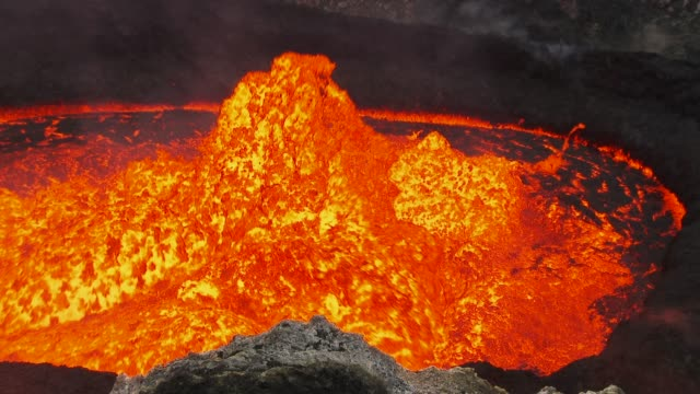 low pan across lava lake in real time - lava stock-videos und b-roll-filmmaterial