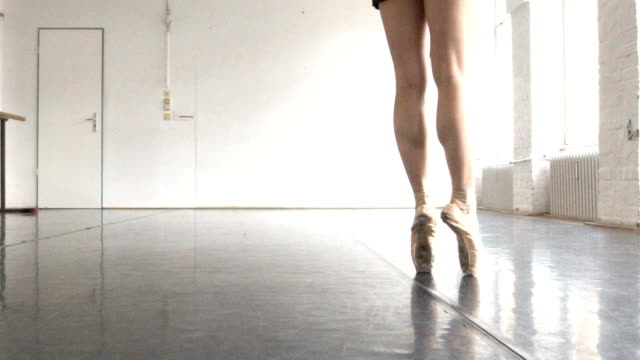 low section of ballerina dancing on tiptoes in rehearsal room - nederdel bildbanksvideor och videomaterial från bakom kulisserna