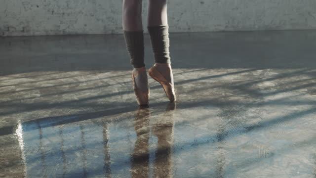 niedriger abschnitt der ballerina spinning auf dem boden - auf den zehenspitzen stock-videos und b-roll-filmmaterial