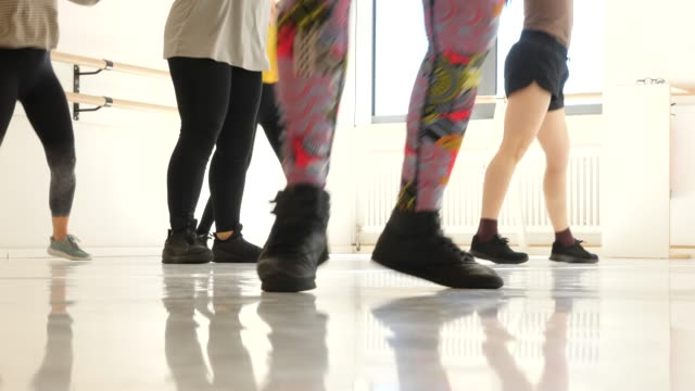 niedriger teil der tänzer und schüler im tanzunterricht - schuhwerk stock-videos und b-roll-filmmaterial