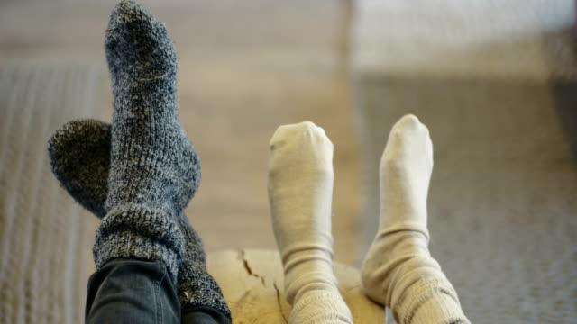 Sección baja de familia con calcetines en casa