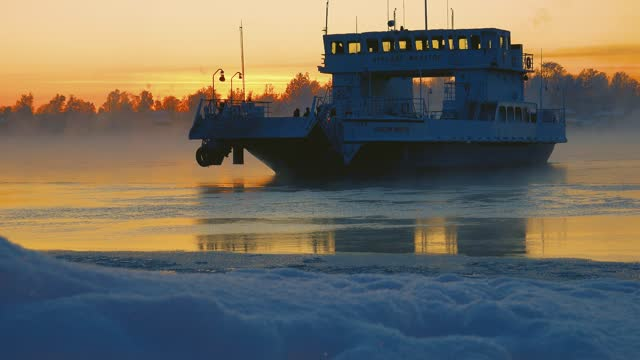 vídeos y material grabado en eventos de stock de sol bajo sobre el helado río del norte. - embarcación de pasajeros