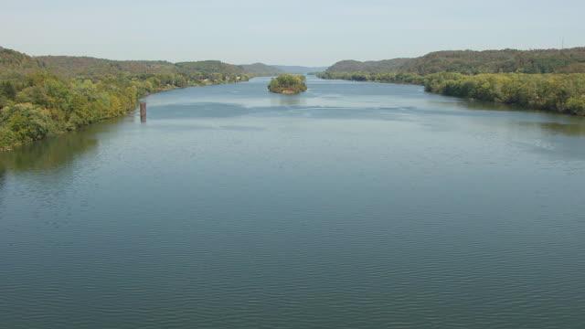 vidéos et rushes de ws aerial low view over ohio river in washington county / ohio, united states - rivière ohio