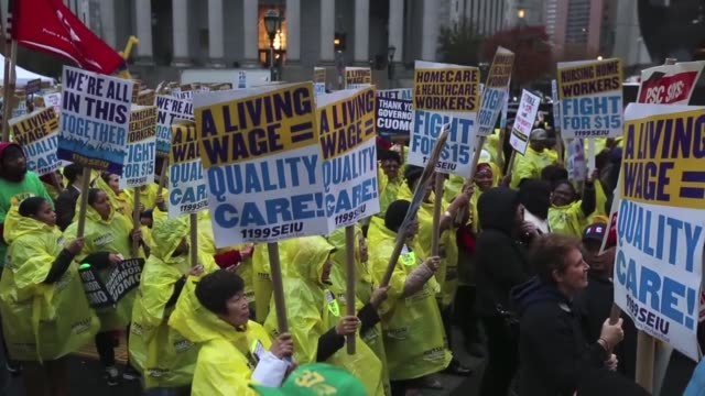 vídeos y material grabado en eventos de stock de low wage workers and supporters protest for a $15 an hour minimum wage on november 10 2015 at foley square in new york united states the protesters... - salarios