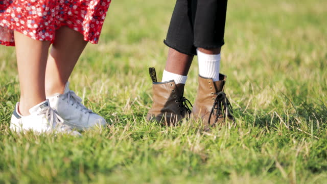 vídeos de stock, filmes e b-roll de baixo-ângulo dançando no festival - festival tradicional