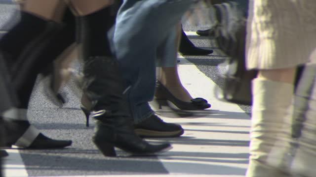 low-angle, pedestrians' foot and legs, tokyo, japan - människofot bildbanksvideor och videomaterial från bakom kulisserna