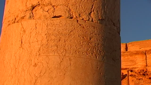 stockvideo's en b-roll-footage met lowangle view of inscription in aramaic on a column in the ancient city of palmyra at sunset - gravure gefabriceerd object