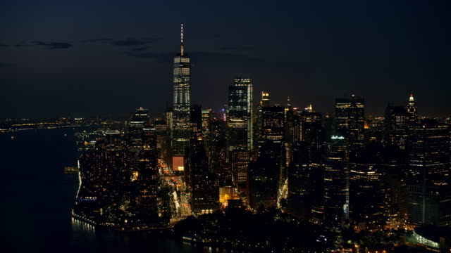 Luchtfoto Lower Manhattan bij nacht met de Freedom Tower staande in de nacht