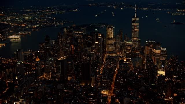 vídeos y material grabado en eventos de stock de aéreo bajo manhattan iluminado por las luces por la noche - manhattan