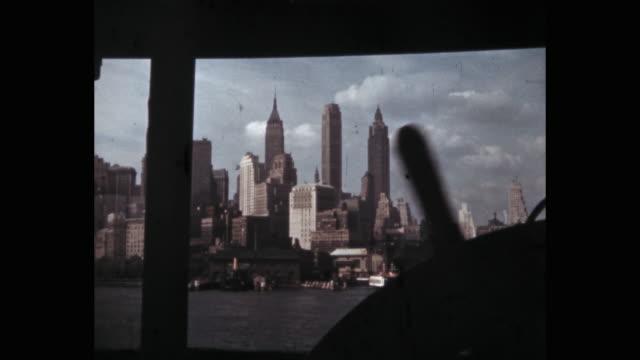 vídeos y material grabado en eventos de stock de 1941 - lower manhattan seen from ferry, new york city, ny, usa - puerto de nueva york