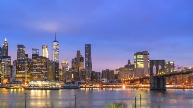 vídeos de stock, filmes e b-roll de lower manhattan skyline and brooklyn bridge, new york city, sunrise time lapse - baixo manhattan