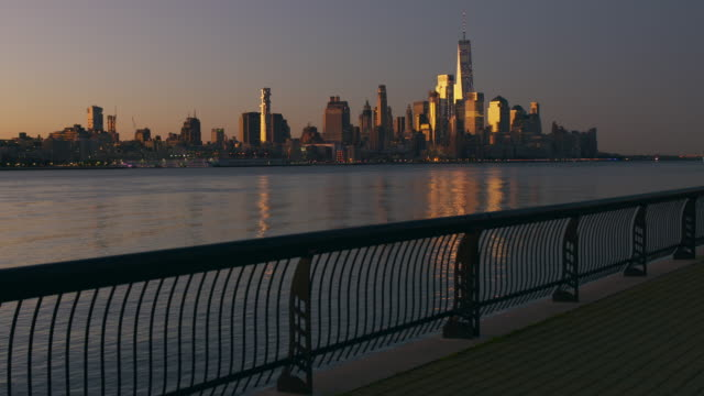 vídeos de stock e filmes b-roll de lower manhattan skyline at first light of day - tempo real