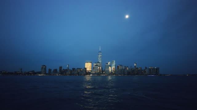 lower manhattan skyline at night, new york, usa - ウォーターフロント点の映像素材/bロール