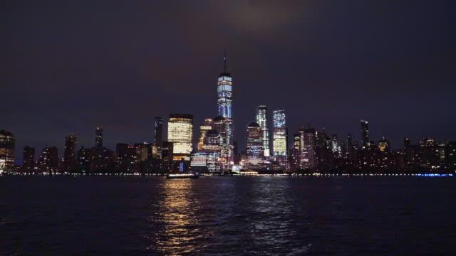 vídeos de stock, filmes e b-roll de horizonte de manhattan inferior, horizonte de nova iorque à noite - silhueta urbana