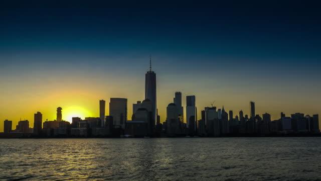 stockvideo's en b-roll-footage met skyline van lower manhattan, new york zonsopgang, time-lapse - hudson rivier