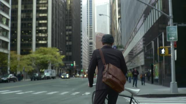 vídeos y material grabado en eventos de stock de ms td ws lower manhattan skyscrapers and man wearing bicycle helmet riding bike on busy street / new york city, new york, usa - paso de cebra