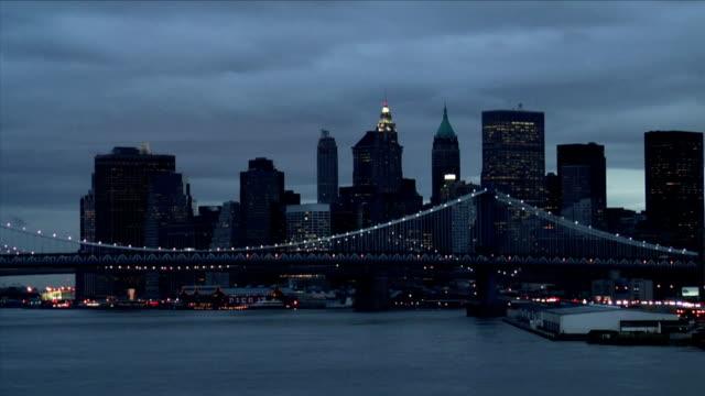 vídeos de stock, filmes e b-roll de 2006 t/l ms lower manhattan with manhattan and brooklyn bridges at night / new york city, usa - baixo manhattan