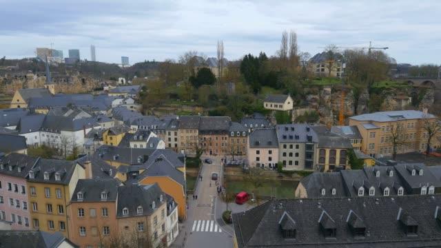 vidéos et rushes de lower town grund, seen from chemin de la corniche, luxembourg city, grand duchy of luxembourg, europe - grand duché du luxembourg