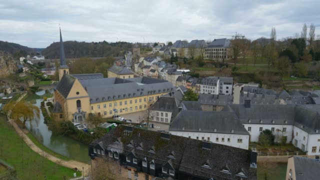 vidéos et rushes de lower town grund with alzette river and neumuenster abbey, luxembourg city, grand duchy of luxembourg, europe - grand duché du luxembourg