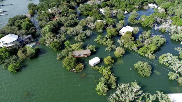 家に殺到したコロラド川に沿って、テキサス州トラヴィス湖に沿って水の下で歴史的な洪水の方を下げてください。 - ダメージ点の映像素材/bロール