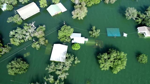 水の下の家とデッキの方を下げると一貫した降雨やテキサスの洪水後に浸水 - ダメージ点の映像素材/bロール