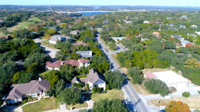vídeos de stock e filmes b-roll de lowering slow in neighborhood near round rock , texas , usa aerial drone view of suburb - expansão urbana